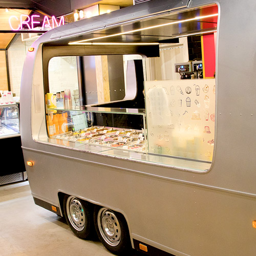 caravana dentro de la heladeria